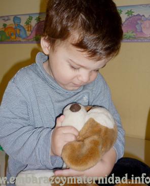 El niño y su muñeco de apego