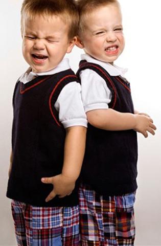 por qué no hay que vestir a hermanos con la misma ropa