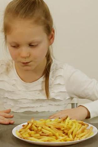 La estrecha relación existente entre los chicos que consumen snacks en demasía y las enfermedades autoinmunes
