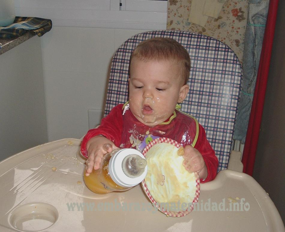 ¿Cómo ayudo a mi bebé que quiere comer por su cuenta?