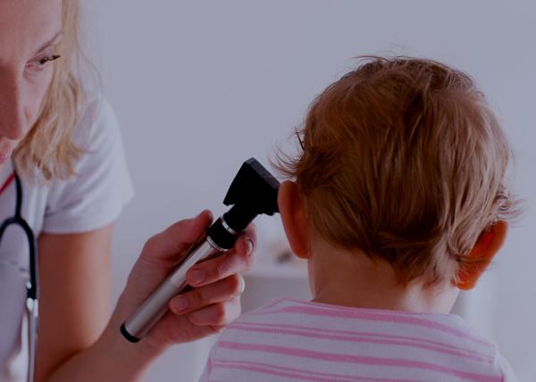 ¿Cómo me doy cuenta si mi hijo sufre de sordera?