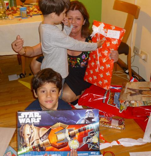 Hacer muchos regalos materiales a los niños es perjudicial