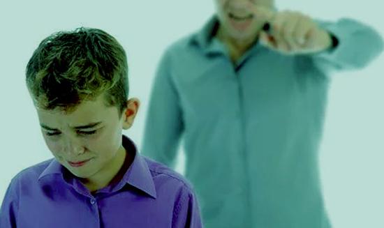 Gritarles a los chicos siempre trae consecuencias negativas