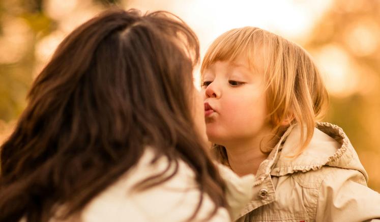 ¿Es aconsejable besar a los niños en la boca?
