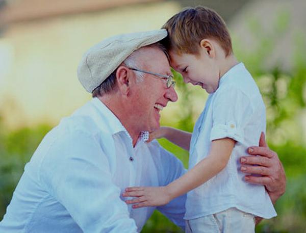 Los niños que crecen con abuelos son más seguros