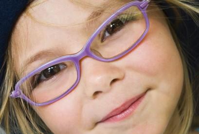 ¿Cómo hago para que mi hijo se acostumbre a usar sus anteojos?